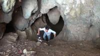小莫胆子真大,这么恐怖的山洞都敢进去探险,真是厉害!