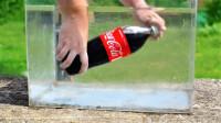 作死老外在水中打开可乐,会发生什么? 场面一度有点失控