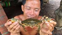 庇护所旁烹饪大螃蟹,说实话我看的流口水了,在野外吃到这不容易