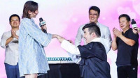 """制片人梁超求婚蹦床公主何雯娜 女方甜喊""""我愿意"""""""