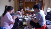 卖豆腐的老挝人家,中国小哥去做客,给老挝姑娘们做了几道中国菜