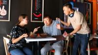 小伙饭店吃饭,一个不留神,桌上的饭全被服务员吃了