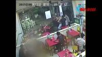 """【视频】因嫌对方""""声音大"""" 餐馆上演""""全武行"""""""