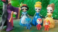王后给三位公主一人一个小人偶,贝尔和爱莎都不愿意陪它们,白雪很细心的照顾小人偶,她的小人偶长得好大!