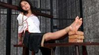揭秘:日本鬼子专用老虎凳招逼迫女囚犯,没人能忍受!