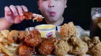 小哥吃炸鸡腿、炸虾、薯条,看看这吃法,吃得太过瘾了