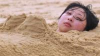 海边游玩请注意,千万别把自己埋到沙子里,原因真的太可怕了