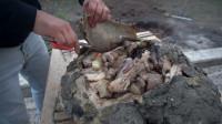 俄罗斯大叔把整只羊包在羊胃丢坑里,出土的那一刻味道棒极了