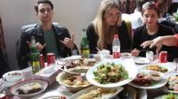 法国人来中国餐厅吃饭,嫌中国人点菜少,等菜上齐后却尴尬了