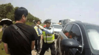 路虎女司机酒驾被拦,反锁车门不配合执法,还坐在车内挑衅交警,2秒后交警砸车!