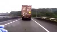 """女司机正在开车,前方大货车突然消失,记录仪拍下""""恐怖""""的一幕"""