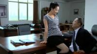 女秘书一进门,就坐在老总的办公桌上,老总一下子不淡定了