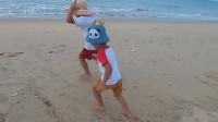 阿波带俩小兄弟赶海,与海边每秒5米的大货赛跑,追都追不到
