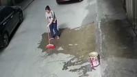 无辜女子在家门口扫地,随后竟发生意外突然死亡,监控拍下事故全过程!