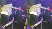酒吧歌手把麦克给客人,场面已经控制不住了,这是要砸场子啊