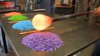 手工制作玻璃工艺品,看起来跟玩一样,工资过万了吧