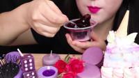 小姐姐吃精致的紫色系甜品,颜色很是漂亮,网友:吃得好甜蜜!