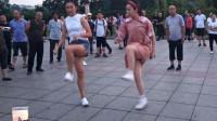 两姐妹广场嗨跳鬼步舞《你是我的草原》,优美动感的舞步吸引了不少众人