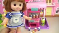 咪露将纸币投到玩具贩卖机里,她得到了一只有趣的小鼹鼠玩具