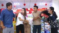 用最少的钱超市买零食,两美女谁用的少小伙就选谁当老婆,太逗了