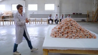 美国大胃王比赛,最多吃汉堡的人,就能拿走5000美元奖金!