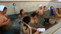 在日本公共浴池,男女混浴不让穿衣,女生隐私如何保护?