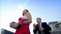 男子一脚踩到女子的裙子,下一秒尴尬了!