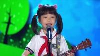 校服小女孩一边弹吉他一边唱歌,技术很高超,评委很欣赏!