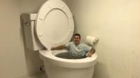 世界上最大的马桶,老外跳进去用它来泡澡?网友:真是重口味