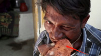 印度大叔酷爱吃砖头,餐餐少不了,网友:吃的不是砖头是寂寞!