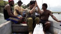 前往食人族途中,几名大汉邀请我免费乘船到湖中央,他们想干什么