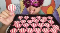 """小姐姐吃""""热气球巧克力"""",红白相间很小巧,薄脆香甜真好吃"""
