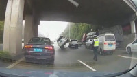 车祸你见多了,见过这样奇葩的车祸吗,网友:这女司机是个高手