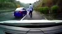 两名路怒小伙以为女司机好欺负, 没想到遇见了狠角色!