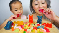 国外小姐姐,和女儿一起吃水果小熊软糖,小朋友吃的好香啊
