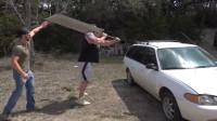150斤重的大刀有多锋利?老外砍豪车亲测,太疯狂了!