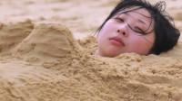 海边游玩要当心,千万不要把自己埋到沙子里,原因太可怕了!