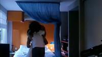 小伙抱着老婆往床上跳,没想到把床头灯都弄坏了!