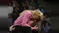 WWE顶级美女遭袭击, 深情一吻诠释什么是以柔克刚!