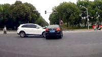 行车记录仪实拍:红绿灯路口争分夺秒,悲剧来得一点也不意外