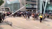 蠢还是坏?香港示威者用电锯拆毁多个智慧灯柱 声称可人脸识别