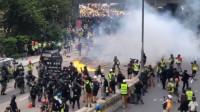 猖狂!香港暴徒当街纵火并向警员掷石块 港警毫不犹豫强力出手
