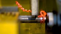 两根铁棒怼在一起,高速旋转直到熔化,这就是神奇的摩擦焊接