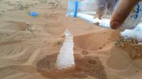 水在沙漠中也能瞬间结冰?老外倒一瓶水实验,意想不到的一幕发生了