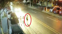 惊魂!2男1女凌晨马路上并排走 外侧男子瞬间遭后方疾驰小车撞飞