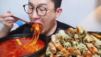 韩国吃货小哥,吃一堆煎饺、芝士炒年糕,大口吃的真过瘾