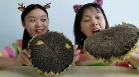 闺蜜恶作剧:头戴向日葵吃瓜子,既当帽子又能吃,搞笑模样超逗