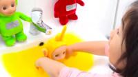 """小蘿莉有""""潔癖"""",給布娃娃洗澡,結果把布娃娃都洗掉色了!"""