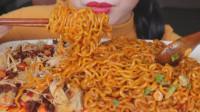国外吃货小姐姐,吃火鸡面、香辣金针菇,发出咀嚼音,吃的真过瘾