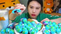 韩国大胃王卡妹,吃地球软糖,很有嚼劲,看妹子吃的很嫌弃